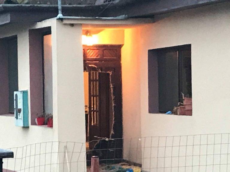 Crimă îngrozitoare în Timiș! Un bărbat a fost decapitat cu drujba în fața familiei sale