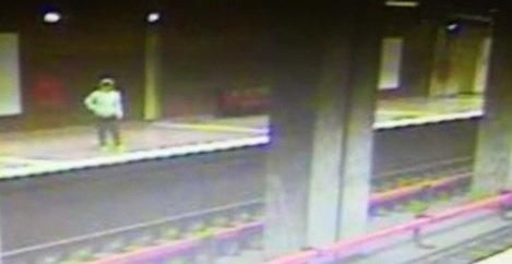 Momentul în care femeia care s-a sinucis la metrou, la Apărătorii Patriei, se aruncă în fața trenului VIDEO