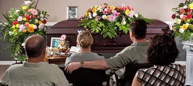 """O femeie din Focșani a """"înviat"""" cu câteva ore înainte de înmormântare. Ce a făcut femeia când a intrat în cameră preotul. Medicii sunt șocați de acest caz"""