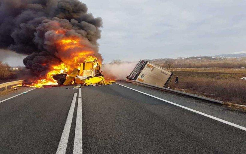 Accident grav pe un drum din Caraş-Severin: Şoferii a două TIR-uri au murit, după ce vehiculele s-au ciocnit frontal şi apoi au luat foc