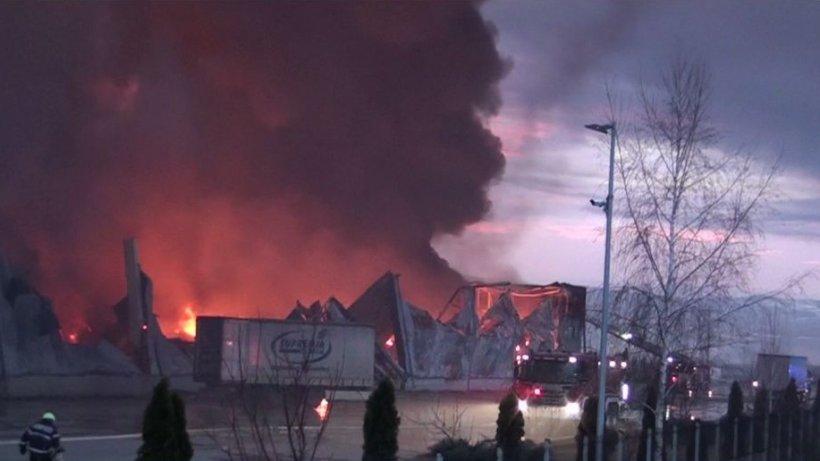 Pompierii încă se chinuie să stingă focul la cea mai mare fabrică de condimente din ţară