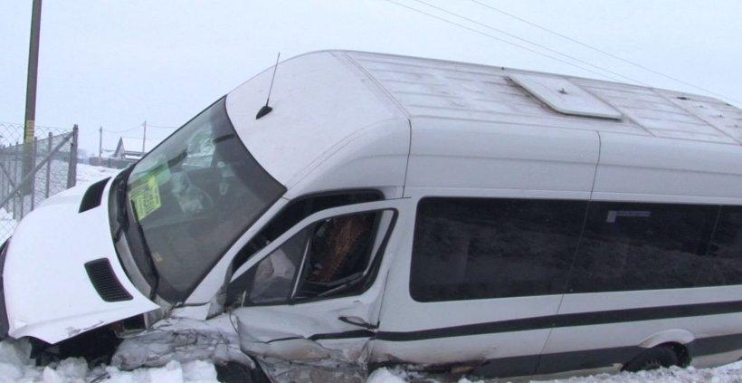Accident grav în Mehedinți. Un microbuz plin cu călători a intrat în plin într-un parapet: mai multe victime