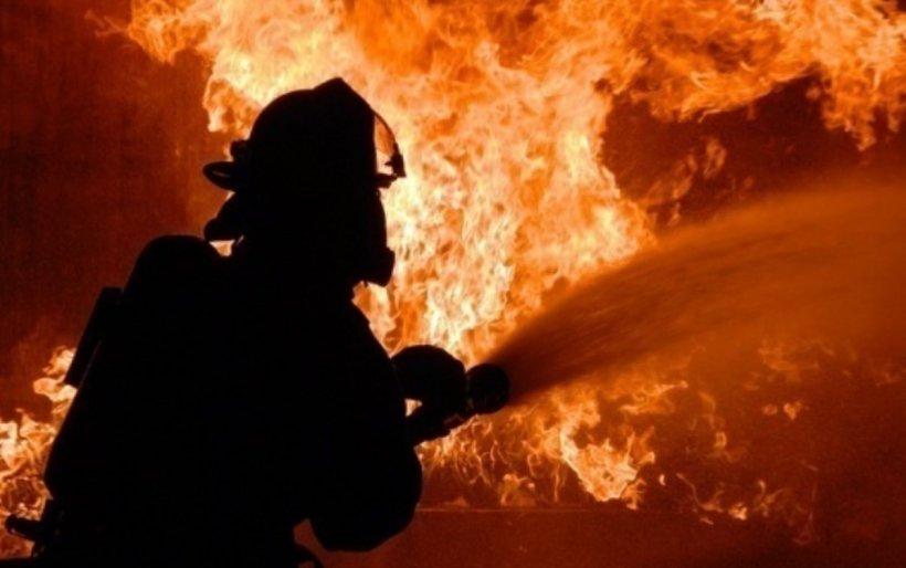 Incendiu la un atelier de tâmplărie din Satu Mare; 17 pompieri intervin pentru stingerea focului