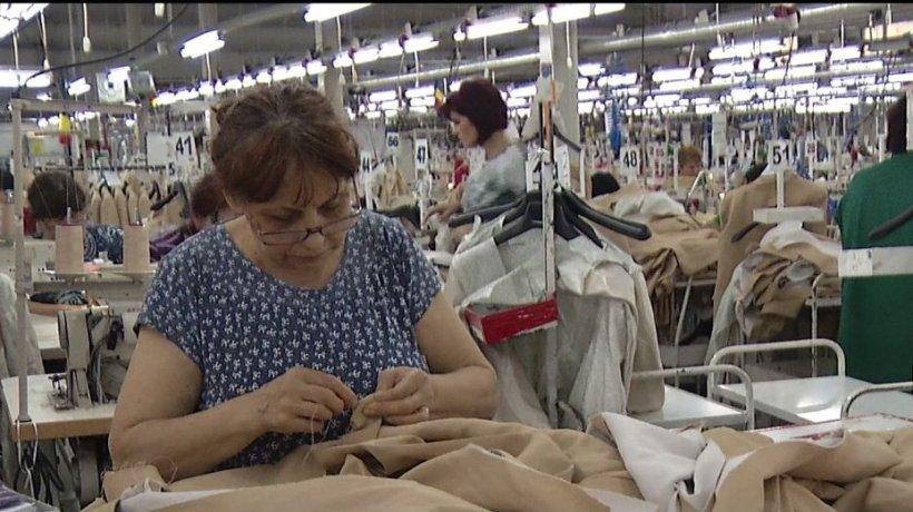 Angajaţii din confecţii cer salariu minim mai mare