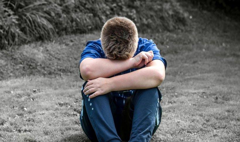 Un copil din Suceava a sunat la 112 pentru a cere ajutor fiindcă mama lui îl agresa. Femeia a continuat să-l lovească în fața polițiștilor