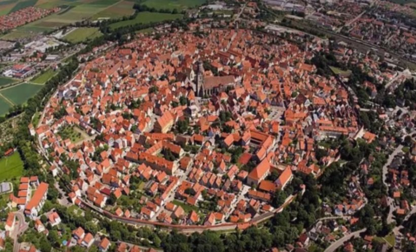 Un orașunic în lume se află în Europa. Este construit îninteriorul craterului lăsat de un meteorit - VIDEO