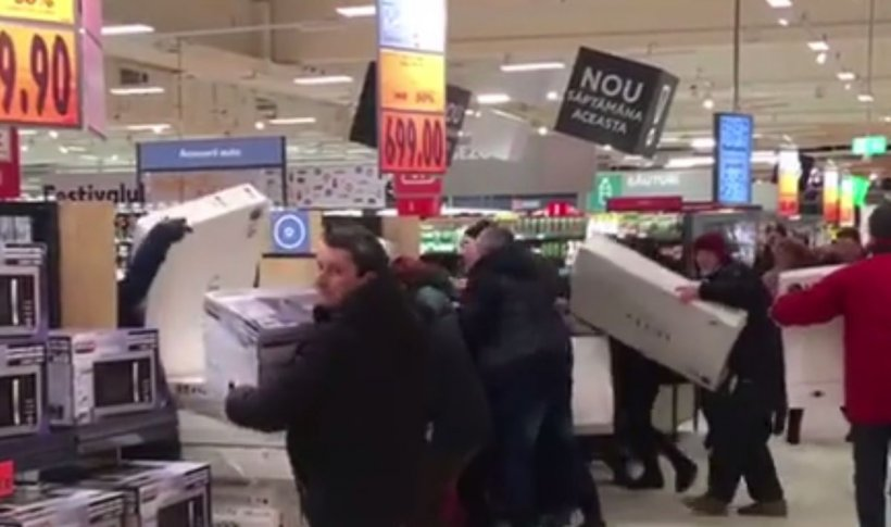 Bătaie la deschiderea unui nou supermarket. S-au îmbrăncit și înjurat pentru televizoare la reducere