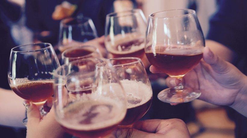 Oamenii de stiință au confirmat: alcoolul te ajută să vorbesti limbiile străine mai bine
