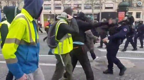 Proteste violente la Paris. Incidente cu forțele de ordine. Momentul în care un jandarm primește un picior în față VIDEO 127
