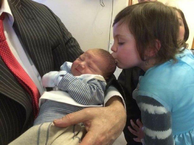 Bebeluş salvat de la moarte cu un simplu sărut! Cum l-a readus la viaţă surioara lui