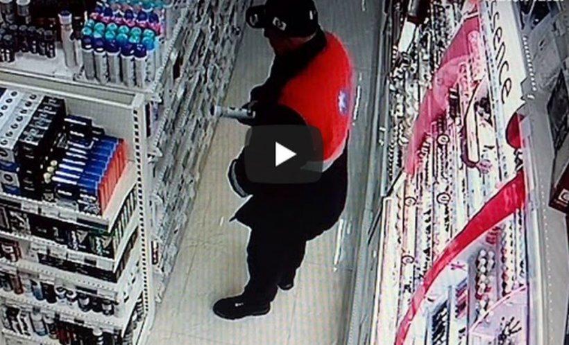 Un hoț a fost filmat în timp ce fura dintr-un magazin. Erau 12 camere de supraveghere acolo - VIDEO