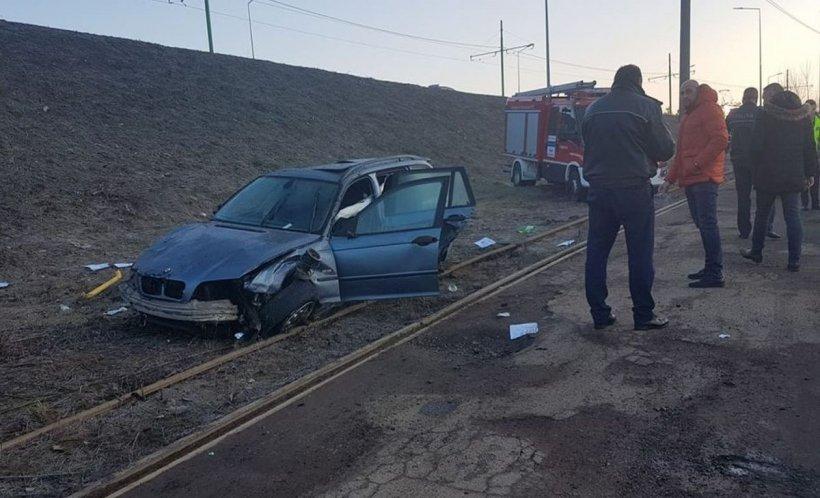 Accident neobișnuit în Arad. O mașină a căzutde pe un pasaj rutier, de la o înălţime de şase metri