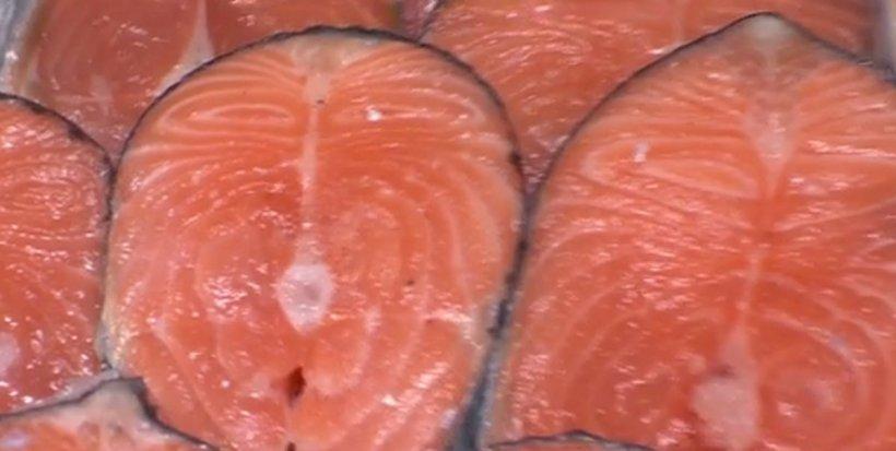 Alertă alimentară. Inspectorii sanitari au suspendat linia de producție file somon afumat în mai multe unități, din cauza bacteriei Listeria