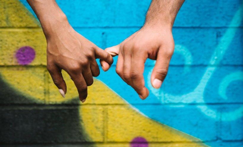 HOROSCOP. Zodiile care adoră să-și țină partenerul de mână