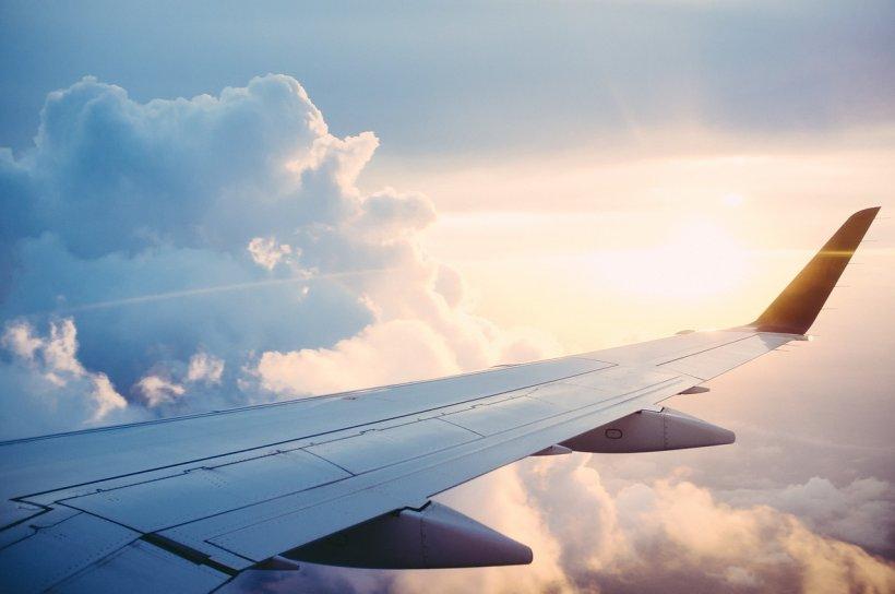 O femeie a fost nevoită să nască în avion, în timpul zborului