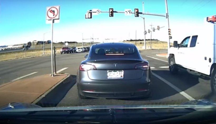 O mașină Tesla reușește să evite un accident groaznic în ultimul moment. Totul a fost filmat (VIDEO)