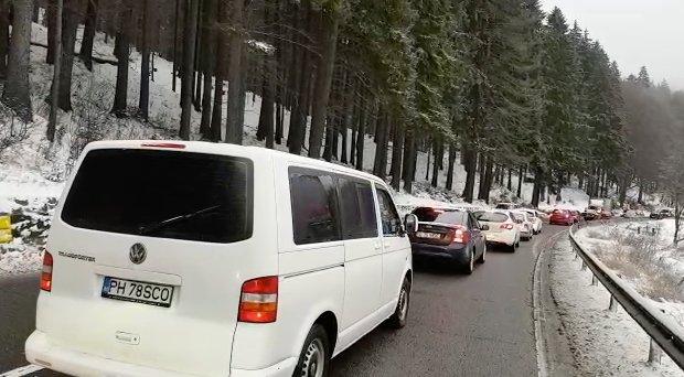 Restricţii de trafic pe DN1 din cauza unor pietre care stau să cadă. Cât vor dura lucrările