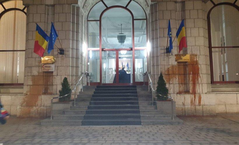 Ministerul Justiției a fost vandalizat de protestatari. Reacția instituției - FOTO