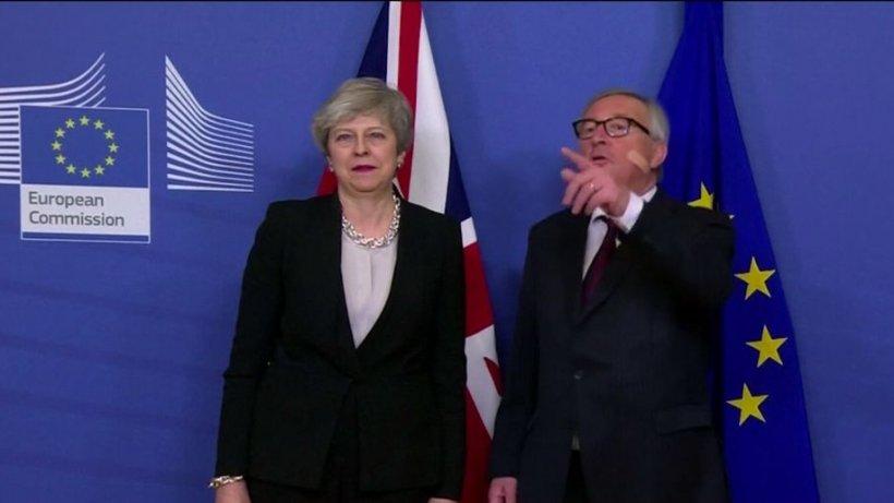 Juncker, pus pe glume la întâlnirea cu Theresa May. Motivul pentru care a apărut cu un plasture pe obraz - VIDEO