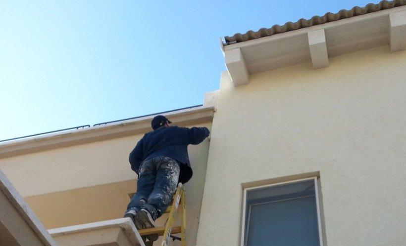 Băiatul de 14 ani ţinea scara pe care tatăl său se urcase pentru a încerca să repare acoperişul avariat de vânt. Ce a urmat e îngrozitor