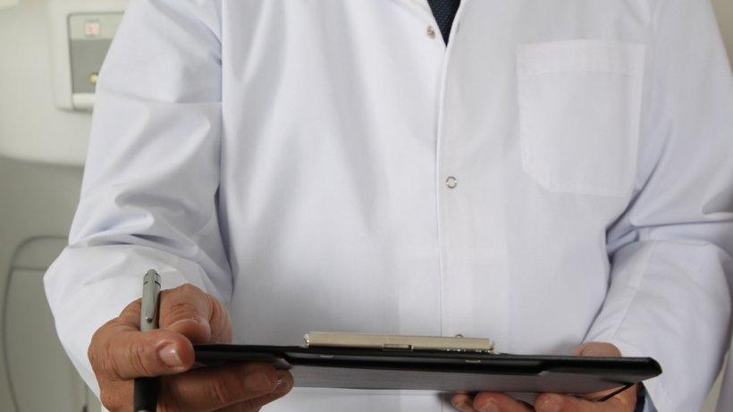 A sunat la numărul doctorului din Arad care l-a operat și i-a cerut o nouă programare. Medicul a pus o condiție, dar nu i s-a părut nimic suspect atunci. După câteva zile, a înțeles ce i se întâmplase