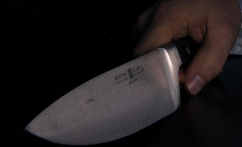 Atac, într-o stație de autobuz din Capitală! Un tânăr a fost tăiat la gât cu un cuțit