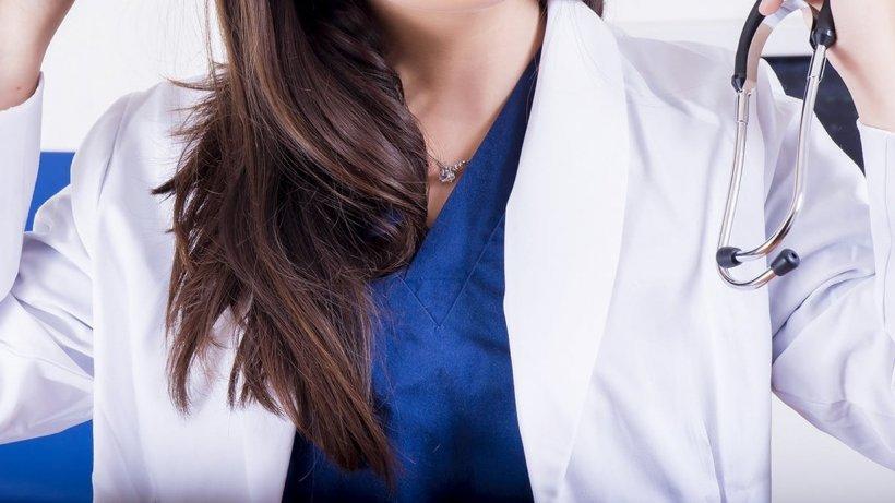 O româncă, asistentă medicală în Austria, l-a atacat pe soțul unei paciente cu cuțitul și a fugit. A fost prinsă de polițiști la scurt timp