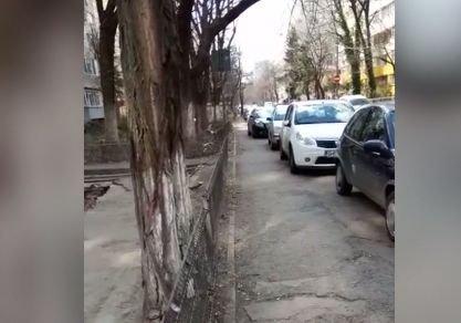 Groapă uriașă în sectorul 2 al Capitalei, pericol mortal pentru trecători