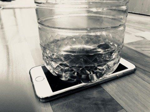 De ce mulți români pun o sticlă de apă pe ecranul telefonului mobil. Efect genial!