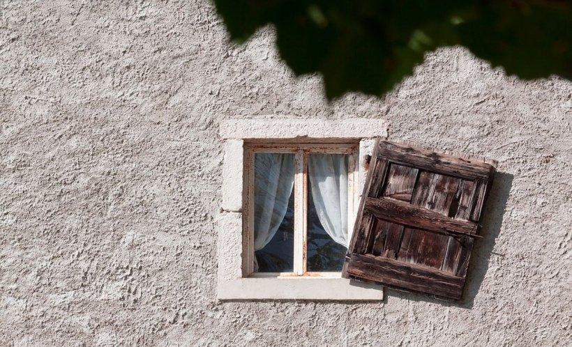 Un bărbat din Croația și-a aruncat cei patru copii pe geam, de la etaj