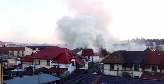 Două case din Iași, cuprinse de incendiu. Opt familii au rămas pe drumuri