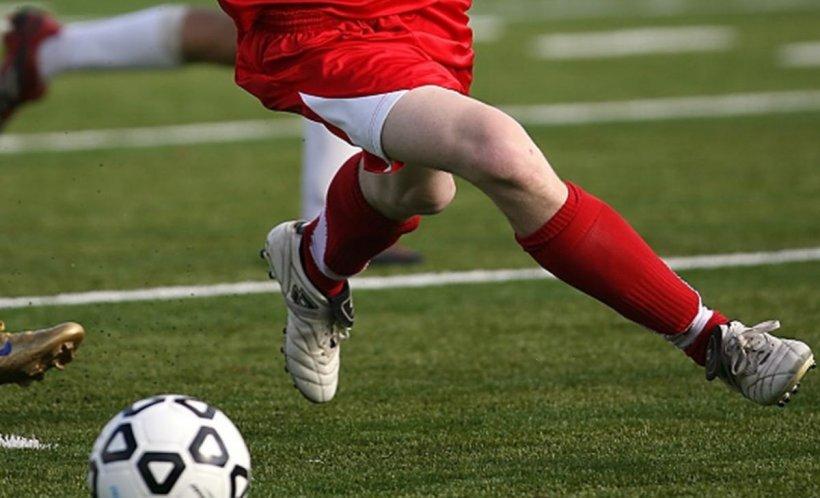 Un fotbalist de 30 de ani a murit. S-a prăbuşit pe teren în plină desfăşurare a unui meci