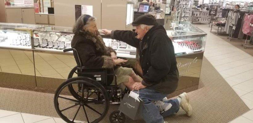 Impresionant! Un bătrân de 85 de ani i-a dat un nou inel de logodnă soţiei care i-a fost 63 de ani alături