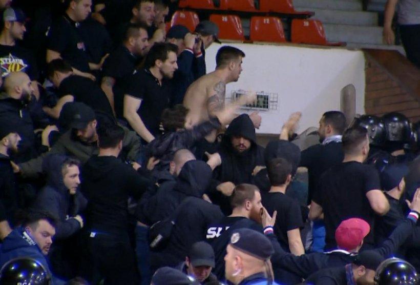 Bătaie generală între fanii lui Dinamo și ai Stelei. Jandarmii au intervenit cu gaze lacrimogene - VIDEO