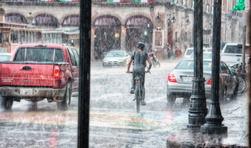 VREMEA se schimbă radical. Vânt și ploi în majoritatea zonelor din țară. Ninsori la munte