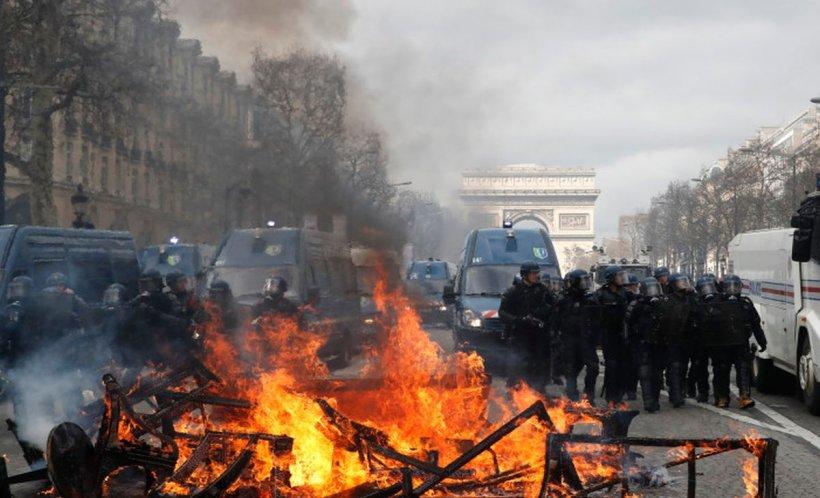 Violențe pe bulevardul Champs Elysées din Paris. Forţele de ordine au făcut uz de gaze lacrimogene şi tunuri cu apă