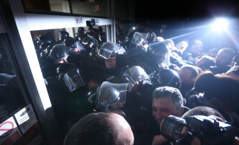 Haos în Serbia. Un grup de protestatari a pătruns în sediul televiziunii de stat din Belgrad
