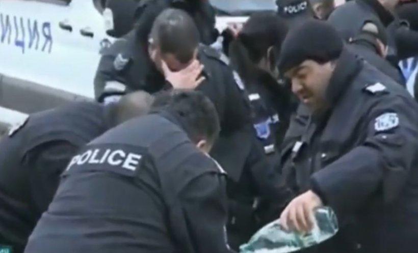 Polițiștii din Bulgaria și-au dat singuri cu gaze lacrimogene, din cauza vântului - VIDEO