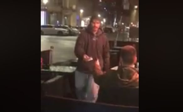I-a dat unui om al străzii cardul său și codul PIN. E incredibil cum a reacționat acesta când a văzut. întreaga scenă a fost filmată (VIDEO)