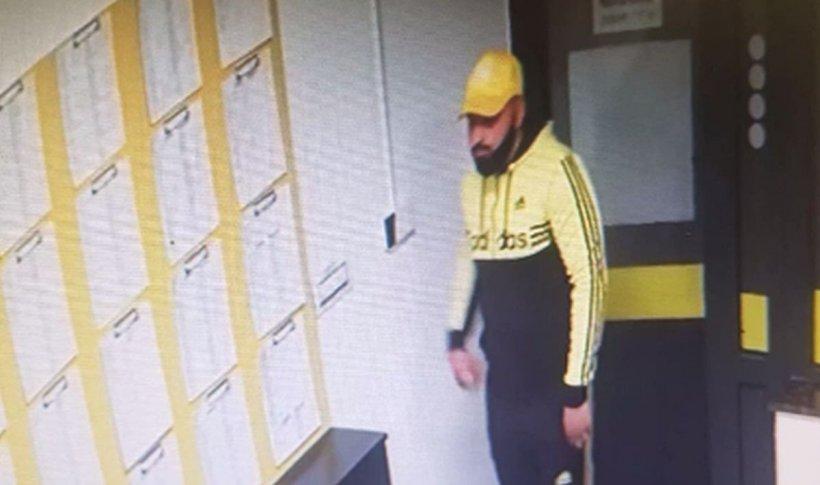 Imagini noi surprinse în timpul jafului de la casa de pariuri din Târgu Jiu. Bărbatul care a lovit-o pe angajată și a fugit cu 17 de mii de lei e căutat în continuare de polițiști