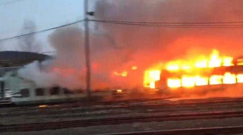 Incendiu puternic într-o gară din Caraș-Severin. Mai multe vagoane au luat foc