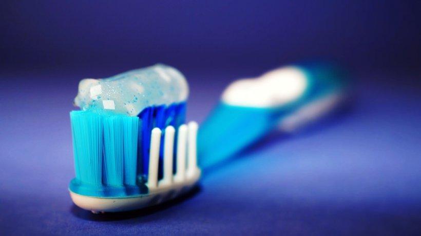 Mulți români au început să-și facă singuri pastă de dinți acasă. Ce pun în ea