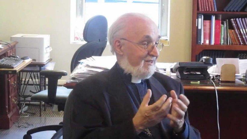 Un român din Canada s-a apropiat de un preot, în timpul unei slujbe transmise în direct la TV. Ce a urmat a făcut înconjurul lumii