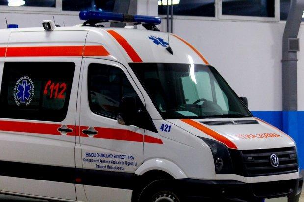 Accident în Capitală! O ambulanță SMURD care se îndrepta spre spital, lovită de un șofer care nu a acordat prioritate