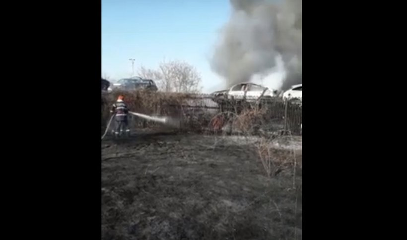 Parc de dezmembrări auto din Prahova, cuprins de flăcări. Mai multe mașini au fost afectate VIDEO