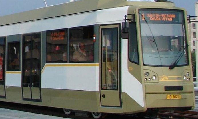 Accident grav în Capitală. O mașină s-a ciocnit cu un tramvai. Traficul este blocat