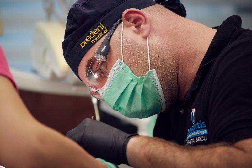 Mihai e stomatolog în Olt și i-a venit o idee uimitoare. S-a dus pe câmp și a făcut asta. Acum sunt cu miile