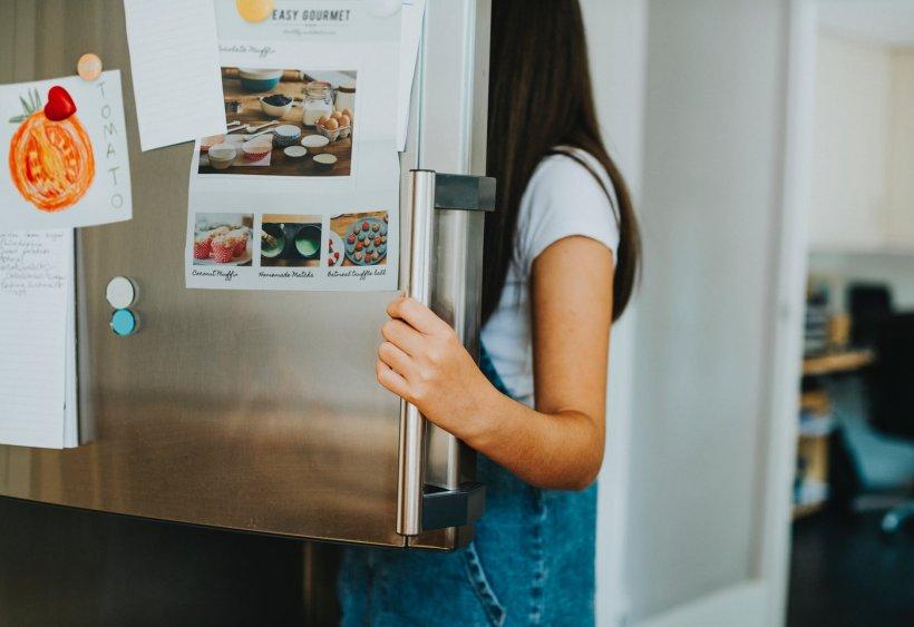 Puțini români știu răspunsul. De ce frigiderul are lumină interioară, dar congelatorul nu?