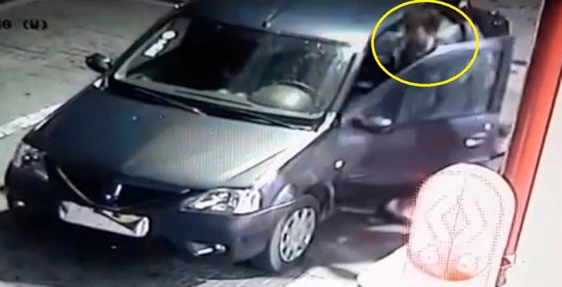 VIDEO. Șoferul unui Logan și-a acoperit numărul de înmatriculare cu o pungă și a oprit la benzinărie. E incredibil ce a urmat - polițiștii tocmai au dat alerta!