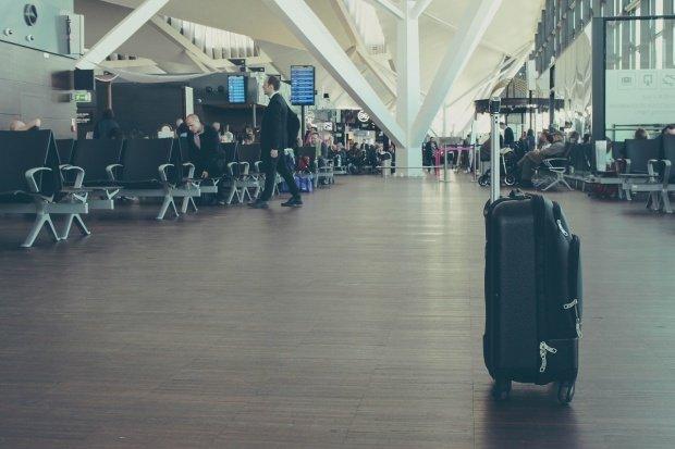 Incident pe Aeroportul Otopeni. Un bărbat a făcut scandal la o poartă de îmbarcare și a spart totul în jur. Poliția l-a reținut